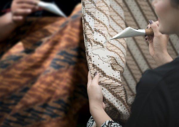 6 Merek Batik Modern Paling Terkenal yang Ada Di Indonesia